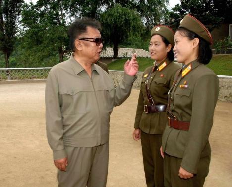 """""""Der verrückte Diktator Kim Jong Il droht offen mit einer Atombombe. (AP)"""""""