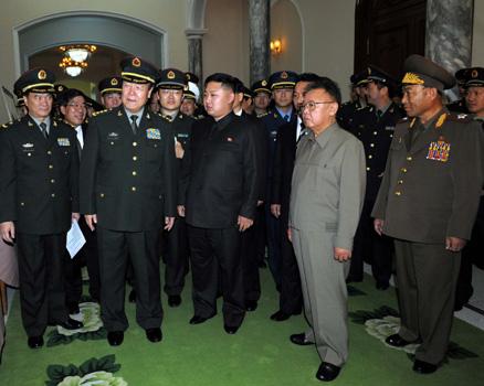 Erste Reihe v.l. Guo Boxiong, Kim Jong Il, Kim Jong Un, Ri Yong-ho
