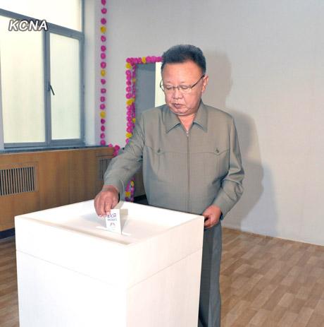 Kim Jong Il gibt seine Stimme für die Regional und Kommunalwahlen am 24.07.2011 ab