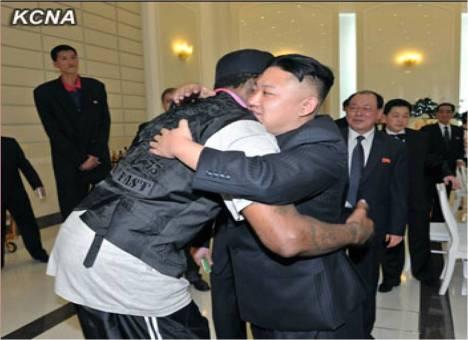 Da freut sich einer: Kim Jong Un drückt sein Idol. Ungeklärt bleibt aber, ob Rodman ihn zur GEwichtsabschätzung mal angehoben hat (ich hätte die Chacne ergriffen...).