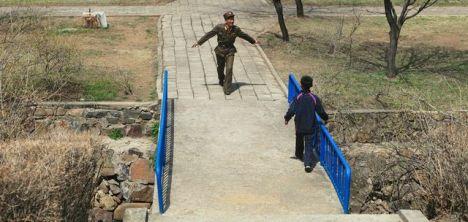 Und zum Schluss noch etwas, das auch überall gleich ist... Dieses Bild beeindruckt mich.  Sowas hab ich auch schon hundertfach gesehen. Wenn irgendwelche Hollywood-Fritzen versuchen, sowas in ihren Film einzubauen. Sieht immer kitschig aus und motiviert mich zum Umschalten. Aber hey, wie geil ist das, zu sehen, dass es sowas auch in echt gibt. In Nordkorea.