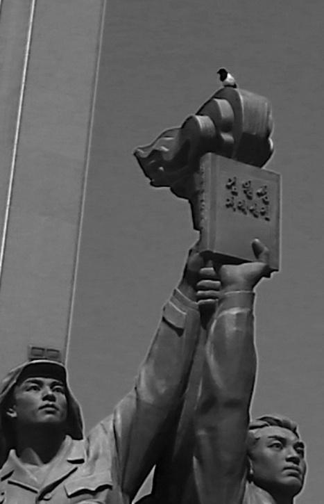 Dann ist mir aber engefallen, dass ich auf dem anderen Bild was gesehen hatte: Vielleicht ha tja jemand das Monument tatsächlich einem praktischen Nutzen zugeführt und sich darauf häuslich gemacht...